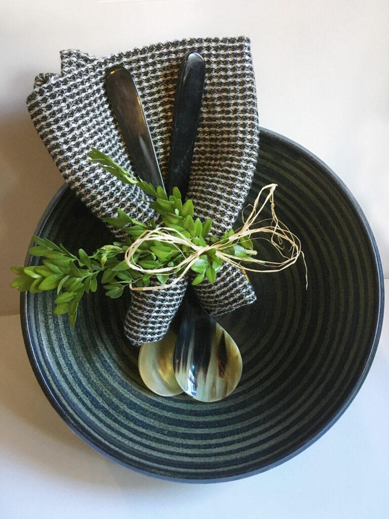 Keramikschüssel, Tuch und Löffel